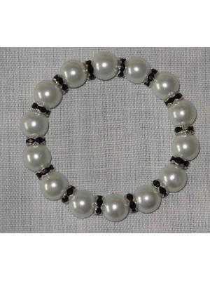 Baltos spalvos perlų su juodais intarpais apyrankė