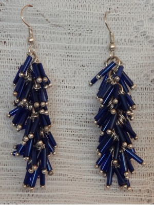 Mėlynų vamzdelių auskarai kekės