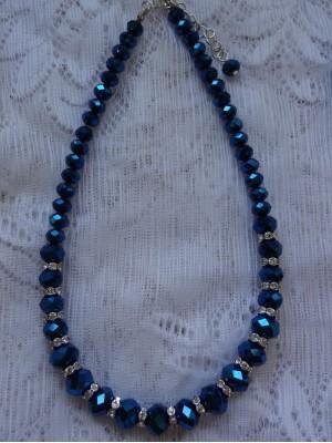 Tamsiai mėlyno stiklo su intarpais karoliai
