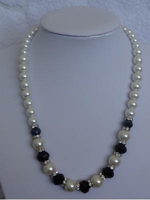 Baltų perlų su juodais kristalais karoliai