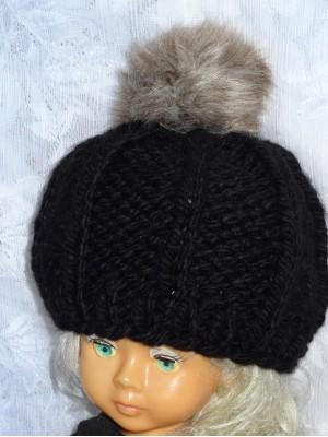 Stora kepurė su rudu kailiniu bumbulu