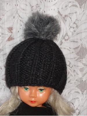 Stora kepurė su pilku kailiniu bumbulu