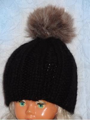 Stora juoda kepurė su rudu kailiniu bumbulu
