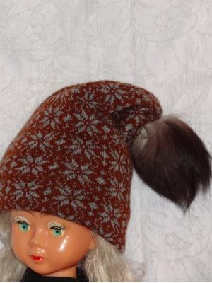 Ruda dviguba šilta kepurė su snaigėm
