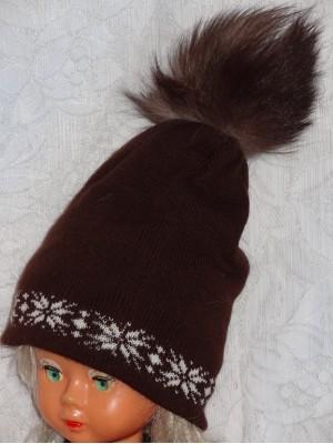 Ruda dviguba kepurė su natūralaus kailio bumbulu