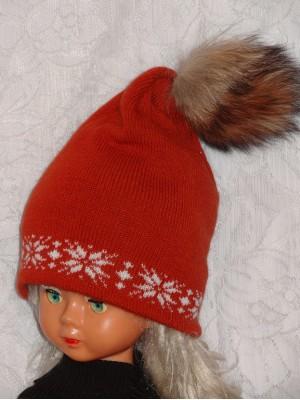 Plytų spalvos dviguba kepurė su natūralaus kailio bumbulu