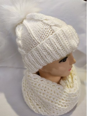 Balta kepurė su pynėmis ir bumbulu