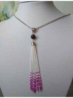 Balti su violetiniais galiukais, ilgas pakabukas, grandinėlė