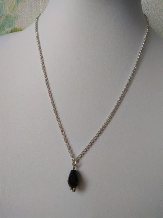 Juodo kristalo pakabukas su grandinėle