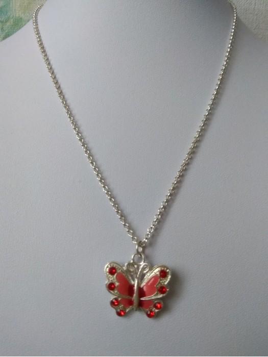 Raudonas drugelis  - pakabukas su grandinėle
