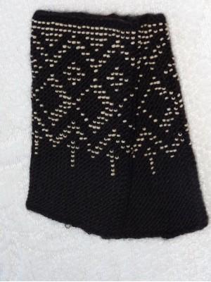 Megztos juodos spalvos riešinės su karoliukais