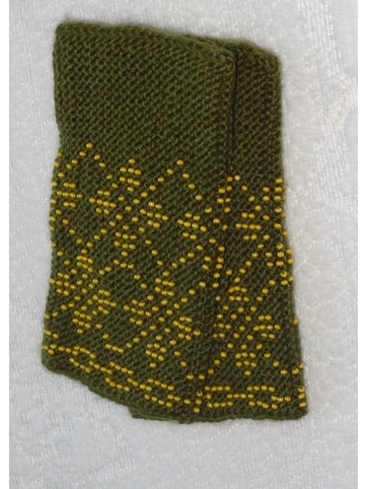 Megztos tamsiai žalios spalvos riešinės su karoliukais