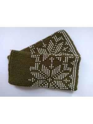 Megztos tamsiai žalios snaigių rašto riešinės su karoliukais
