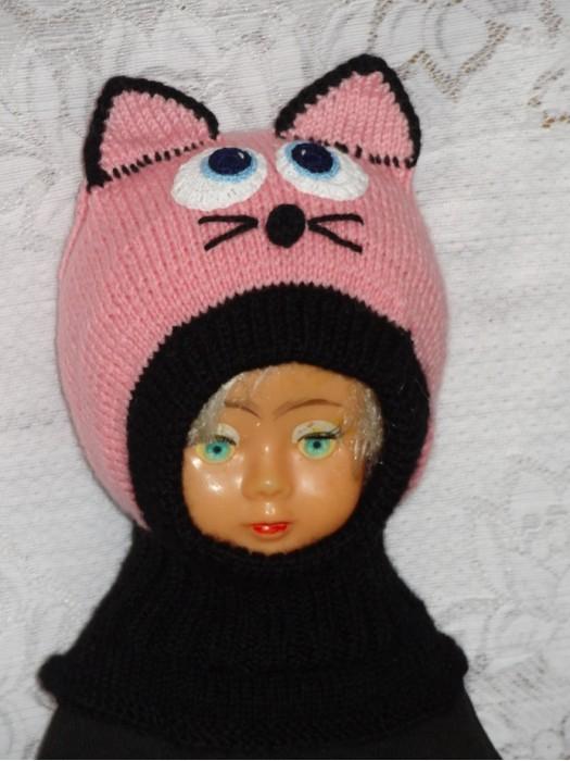 Rožinis katinas su juodu šalmukas mergaitei