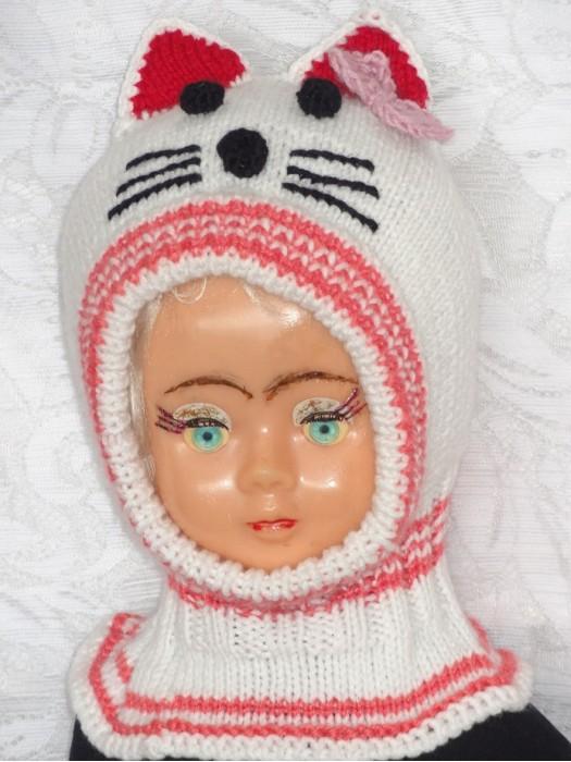 Balta su rožiniu katytė su bantuku kepurė šalmas