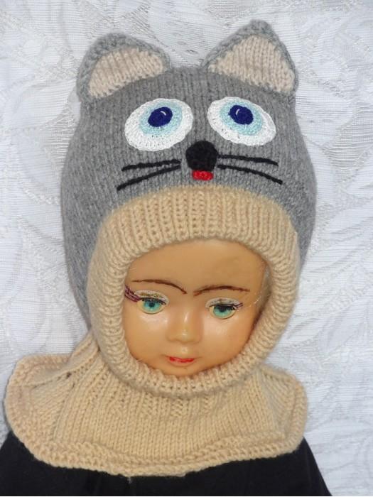 Pilkai rudas katinas kepurė šalmas