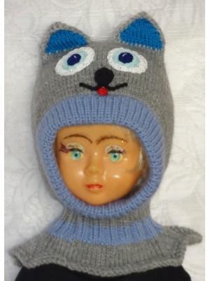Pilkas su mėlynu apvadėliu kepurė šalmas katinas