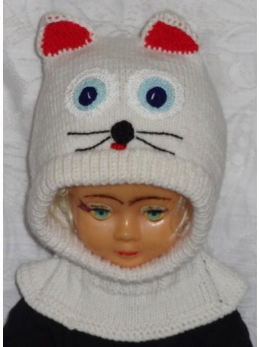 Balta katytė su raudonom ausytėm kepurė šalmas