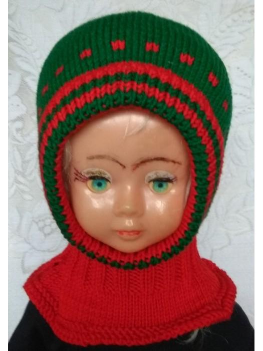 Žalias šalmukas su raudonais intarpais